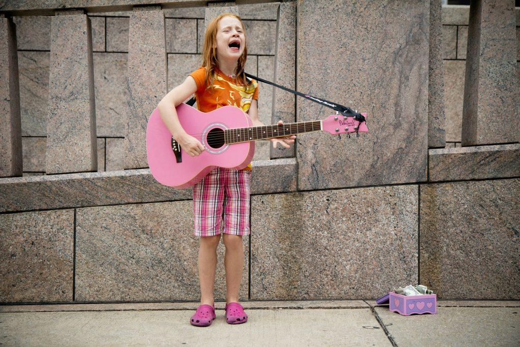 Glückliches musikalisches Kind